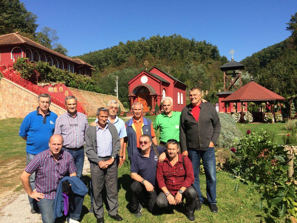 Članovi jagodinskog bratstva ispred manastira Tomić