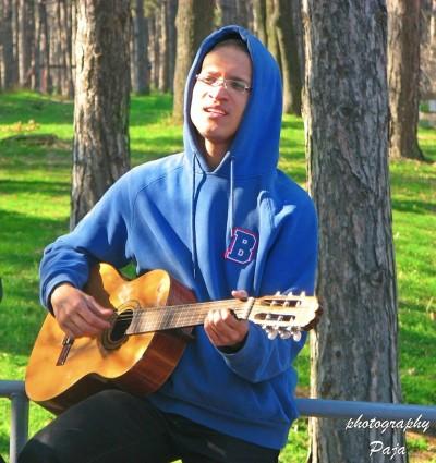 Mladi Dominikanac obožava da peva i svira